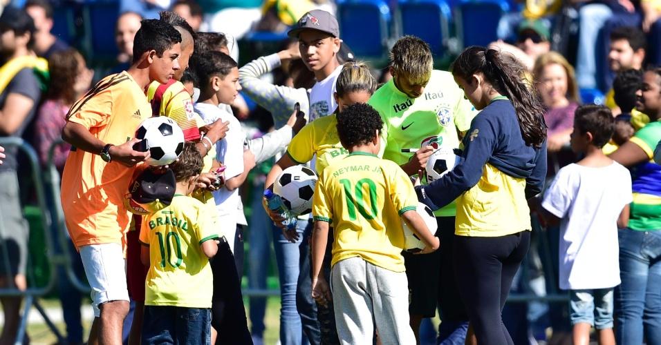 Elenco brasileiro recebeu a visita de cerca de 50 vítimas das enchentes em Teresópolis em 2011