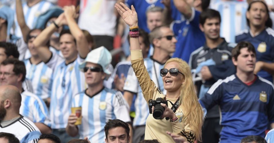 Eliana Guercio, mulher de goleiro Sergio Romero, acena antes de jogo entre Argentina e Nigéria