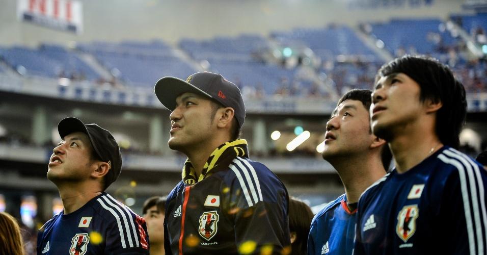 Em Tóquio, torcedores japoneses lamentam a derrota para a Costa do Marfim, no dia 14, na estreia