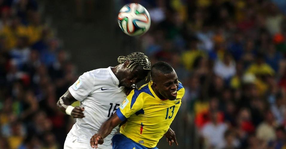 25.jun.2014 - Enner Valencia, do Equador, divide de cabeça com Sagna, da França, durante a partida no Maracanã