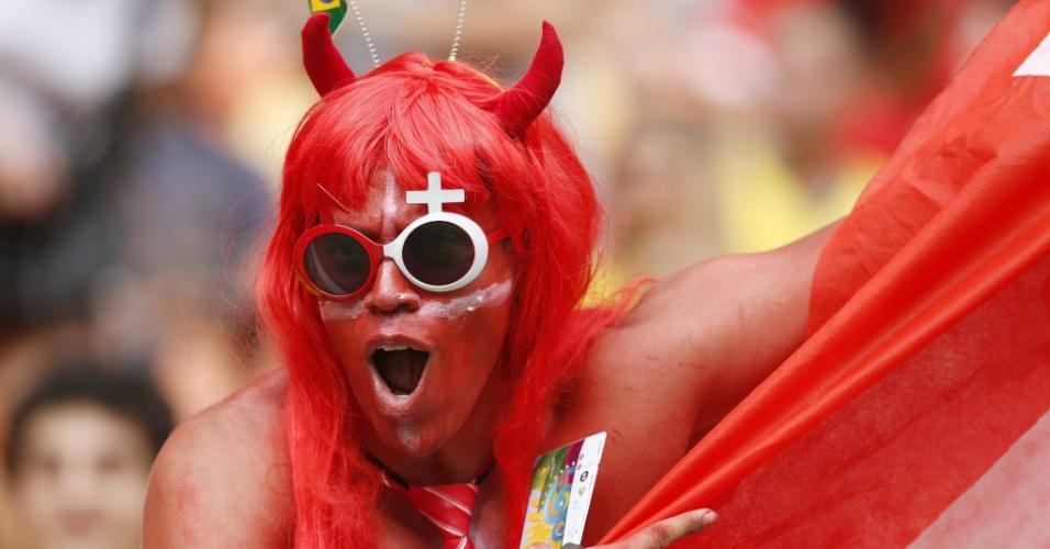 Fantasiado, torcedor da Suiça mostra empolgação em partida contra Honduras na Arena Amazônia