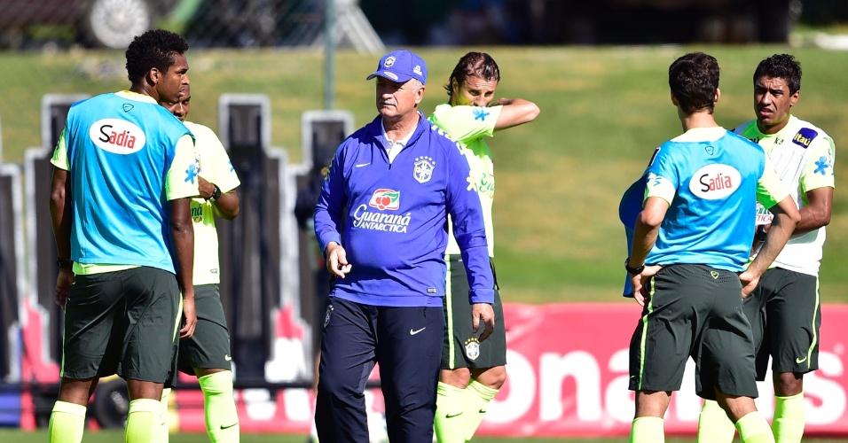 Felipão conversa com jogadores durante os treinamentos do Brasil