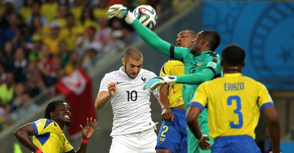25.jun.2014 - Francês Benzema ajeita o corpo para tentar cabecear a bola na partida contra o Equador, no Maracanã