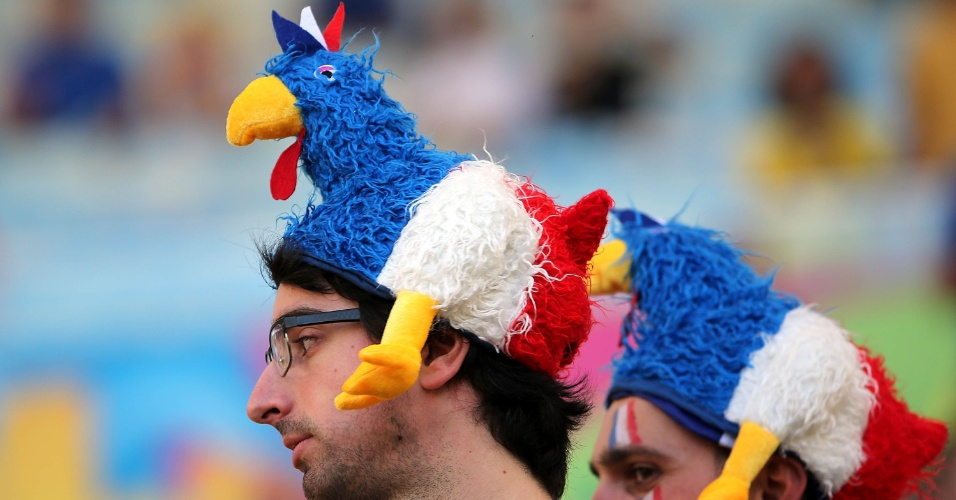 25.jun.2014 - Francês carrega na cabeça símbolo de seu país antes do confronto final do grupo E, contra o Equador, no Maracanã