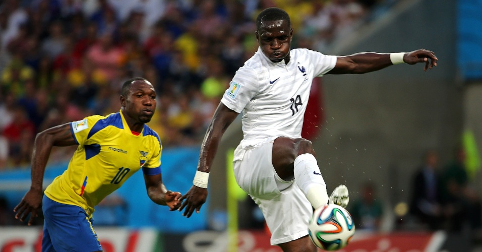 25.jun.2014 - Francês Sissoko é marcado de perto pelo equatoriano Walter Ayoví no Maracanã