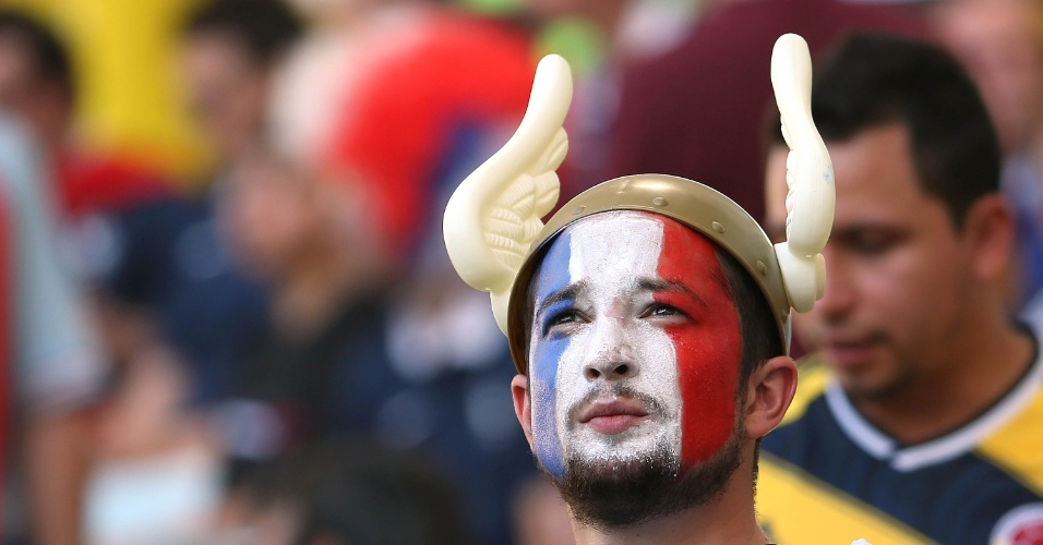 25.jun.2014 - Francês usa chapéu personalizado antes do jogo contra o Equador, a última partida do grupo E na Copa
