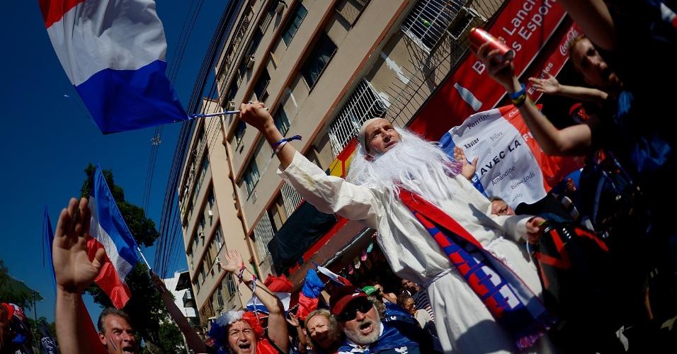 Franceses caminham rumo ao Maracanã para o jogo contra o Equador