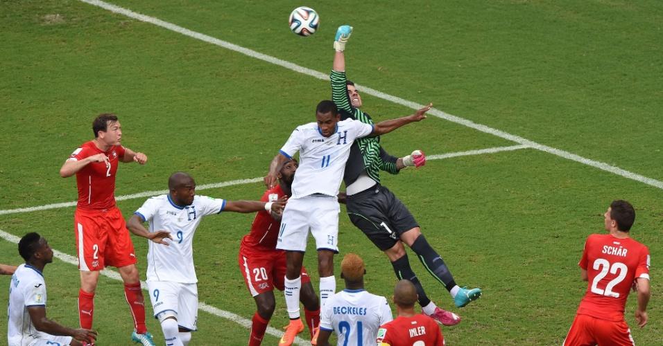 Goleiro Benaglio soca a bola e afasta o perigo da área da Suiça em ataque de Honduras