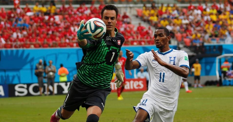 Goleiro da Suiça, Benaglio pega bola no alto enquanto é pressionado pelo atacante de Honduras Jerry Bengtson