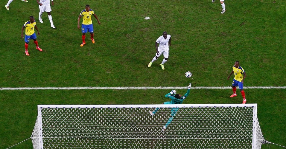 25.jun.2014 - Goleiro Dominguez, do Equador, faz defesa e impede gol da França no empate por 0 a 0 no Maracanã