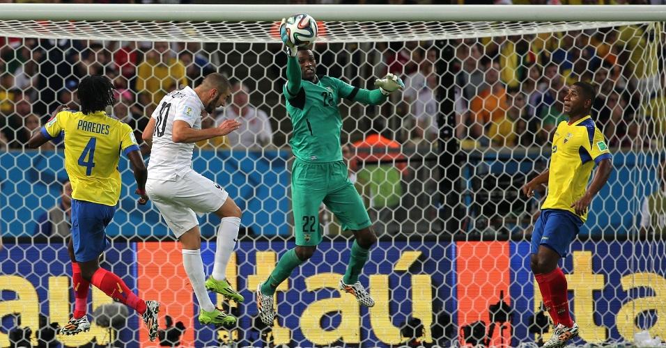 25.jun.2014 - Goleiro equatoriano Domínguez sai do gol e impede a finalização de Benzema no empate por 0 a 0 com a França, no Maracanã