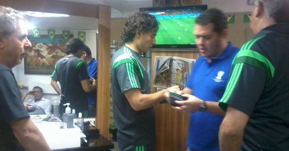 Goleiro Guillermo Ochoa, do México, pagando o corte de cabelo no salão de beleza na cidade de Santos-SP