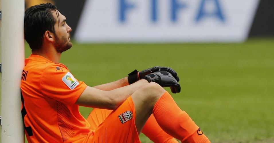 Goleiro iraniano Alireza Haghighi lamenta a derrota para a Bósnia por 3 a 1 na Fonte Nova