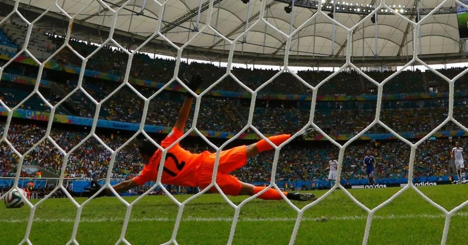 Goleiro iraniano Alireza Haghighi não consegue impedir o gol da Bósnia, após finalização de Dzeko, na Fonte Nova