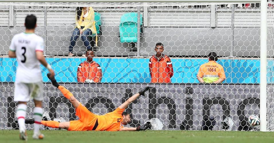 Goleiro iraniano Alireza Haghighi observa a bola morrer no fundo da rede após finalização de Dzeko, a Bósnia