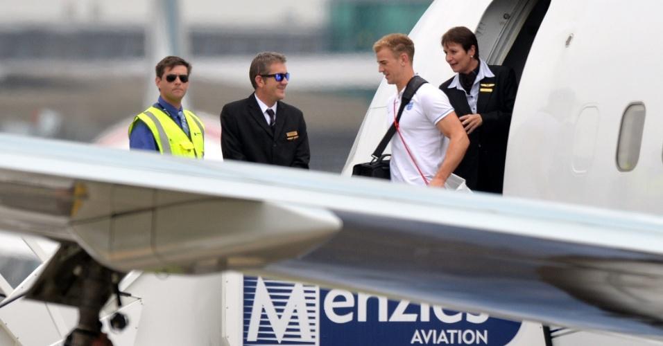 Goleiro Joe Hart desce do avião em Manchester após eliminação da Inglaterra na Copa do Mundo