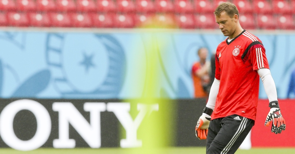 Goleiro Manuel Neuer chuta a bola durante treino da Alemanha na Arena Pernambuco, palco do jogo decisivo desta quinta contra os Estados Unidos