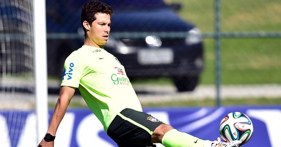 Hernanes domina a bola no aquecimento do Brasil nesta quarta