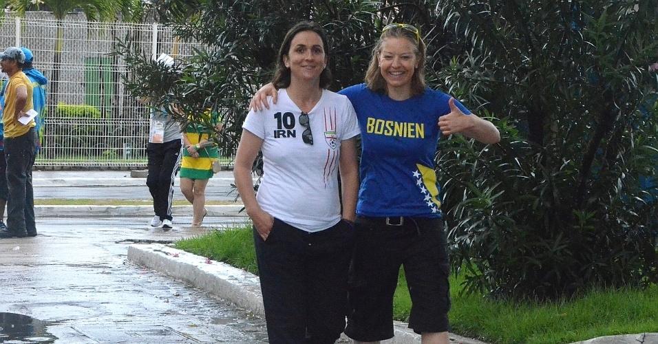 Irã + Bósnia. Torcedoras vão com camisetas das seleções opostas no gramado da Fonte Nova nesta quarta-feira