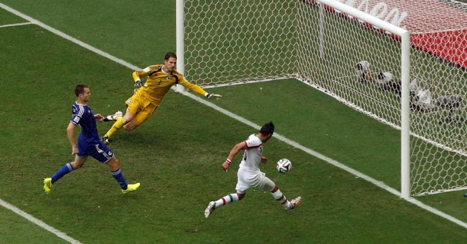 Iraniano Reza Ghoochannejhad aproveita cruzamento e marca o único gol de sua equipe na derrota para a Bósnia por 3 a 1, na Fonte Nova