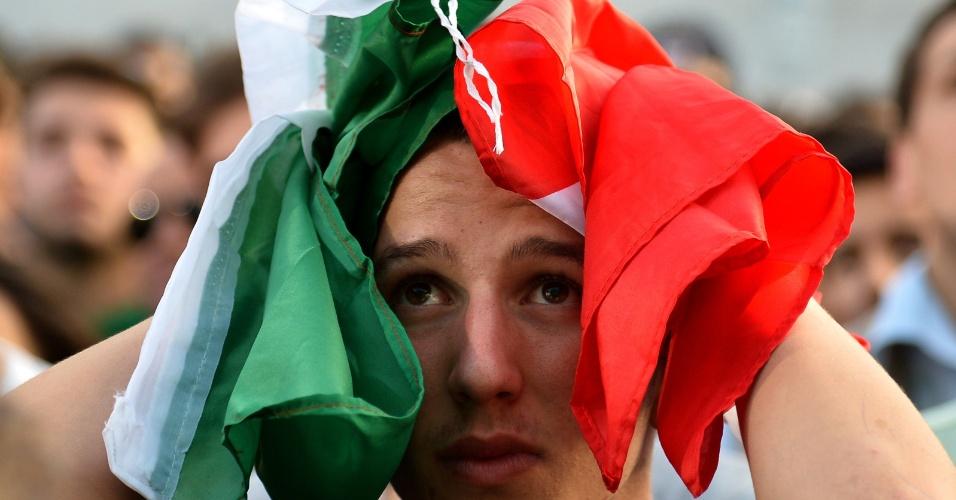 Italiano se lamenta em Roma durante a derrota da Itália para o Uruguai, que eliminou o time da Copa