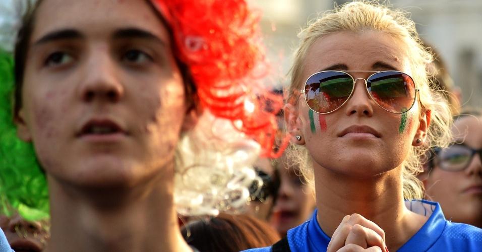 Italianos ficam apreensivos em Roma durante a derrota para o Uruguai, no dia 24