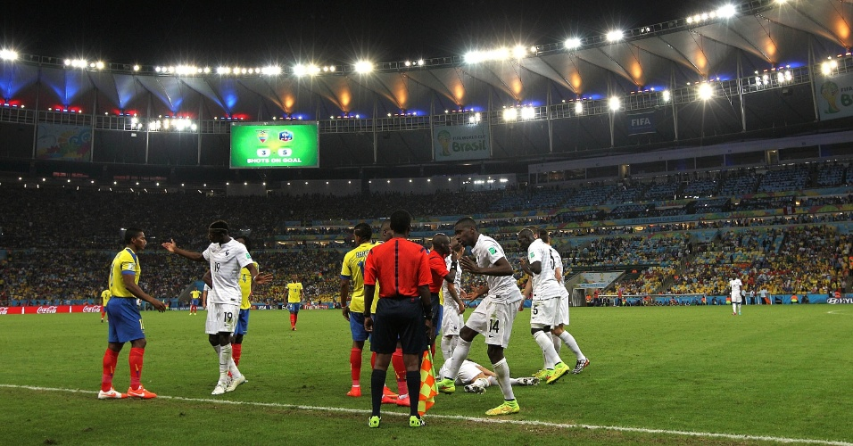 25.jun.2014 - Jogadores da França reclamam com a arbitragem após entrada do equatoriano Valencia em Digne