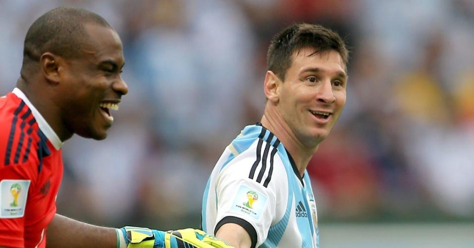 Jogadores da seleção da Argentina celebram vitória sobre a Nigéria, no estádio do Beira-Rio, em Porto Alegre