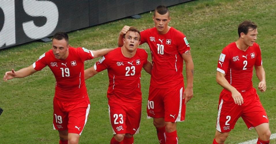 Jogadores da Suiça comemoram após Shaqiri marcar o segundo gol da equipe contra Honduras
