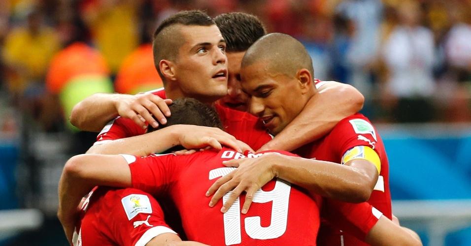 Jogadores da Suiça comemoram terceiro gol da equipe contra Honduras, na Arena Amazônia