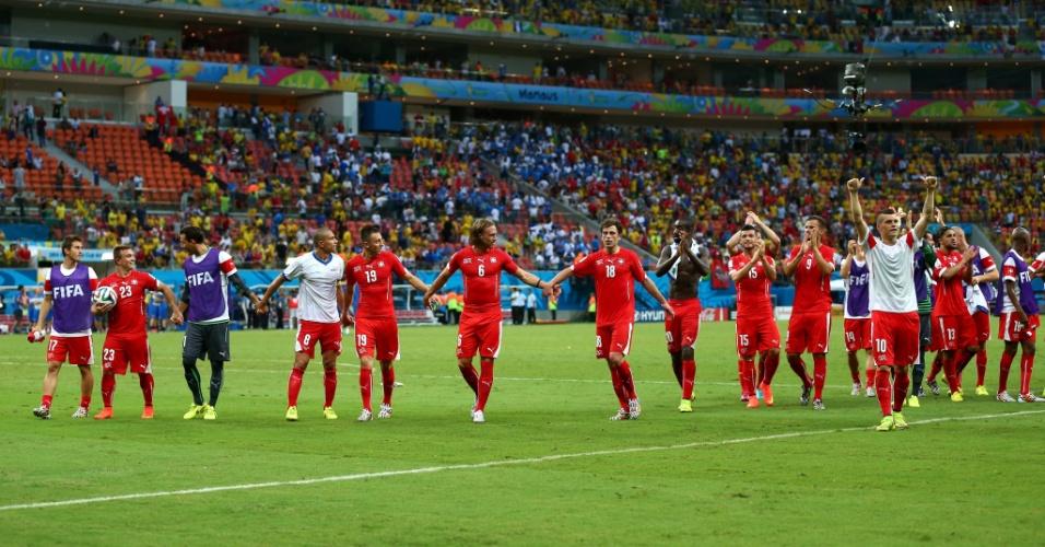 Jogadores da Suiça comemoram vitória sobre Honduras na Arena Amazônia