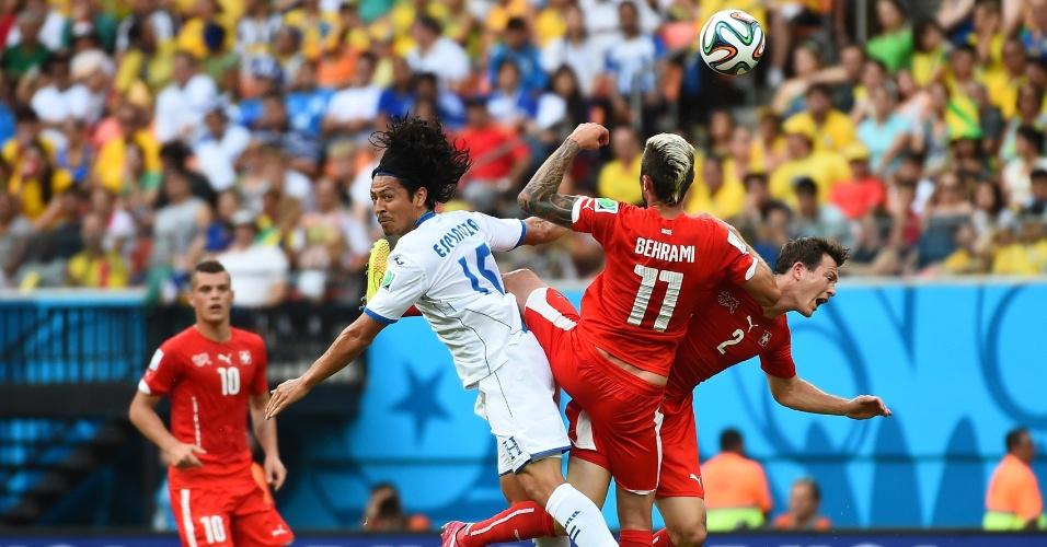 Jogadores de Suiça e Honduras disputam bola pelo alto durante partida na Arena Amazônia