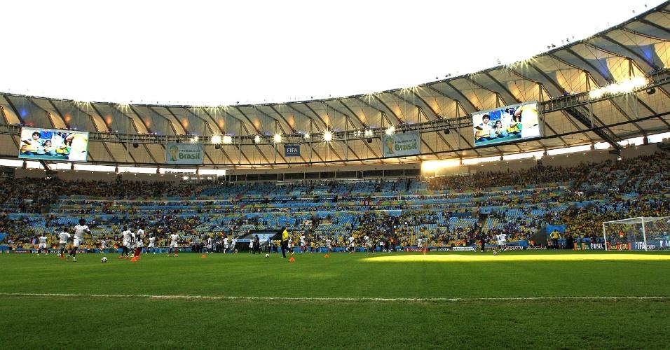 25.jun.2014 - Jogadores fazem aquecimento no gramado do Maracanã, antes da partida entre Equador e França