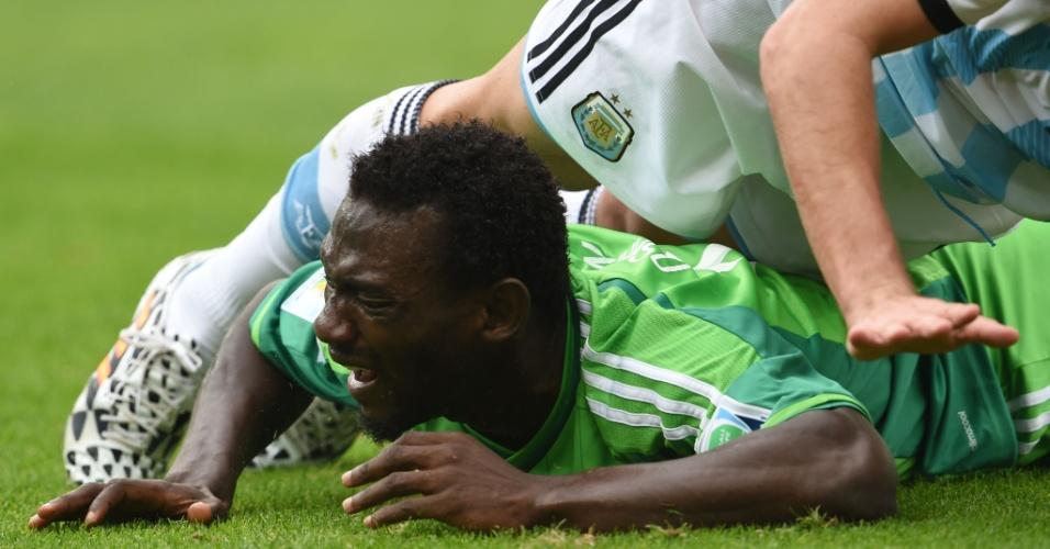 John Obi Mikel, da Nigéria, reclama de falta sofrida contra a Argentina, em Porto Alegre