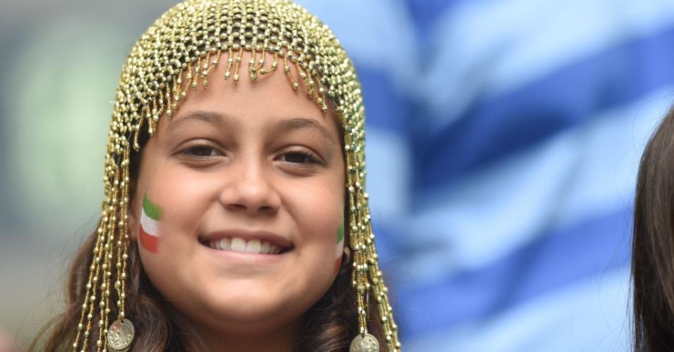 Jovem torcedora apoia o Irã em sua torcida na Fonte Nova, para o duelo com a Bósnia
