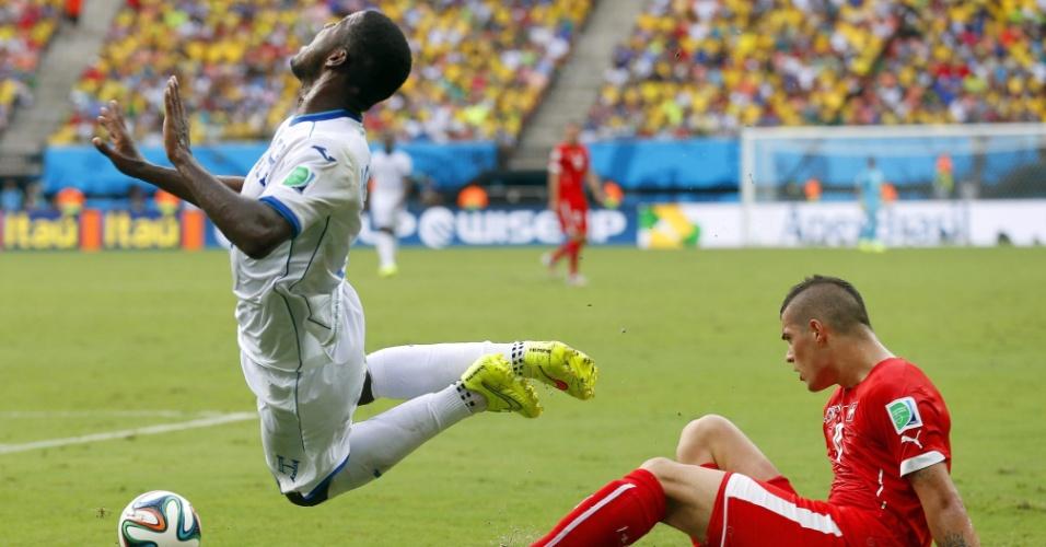 Juan Carlos Garcia cai após sofrer entrada dura de Xhaka durante partida entre Suiça e Honduras, na Arena Amazônia