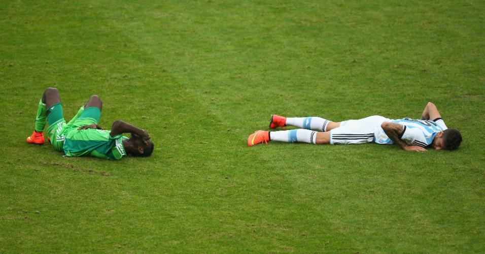 Juwon Oshaniwa e Ricardo Alvarez ficam no chão após trombada em campo