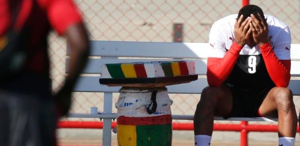 Kevin-Prince Boateng não suporta o calor durante treino de Gana em Brasília