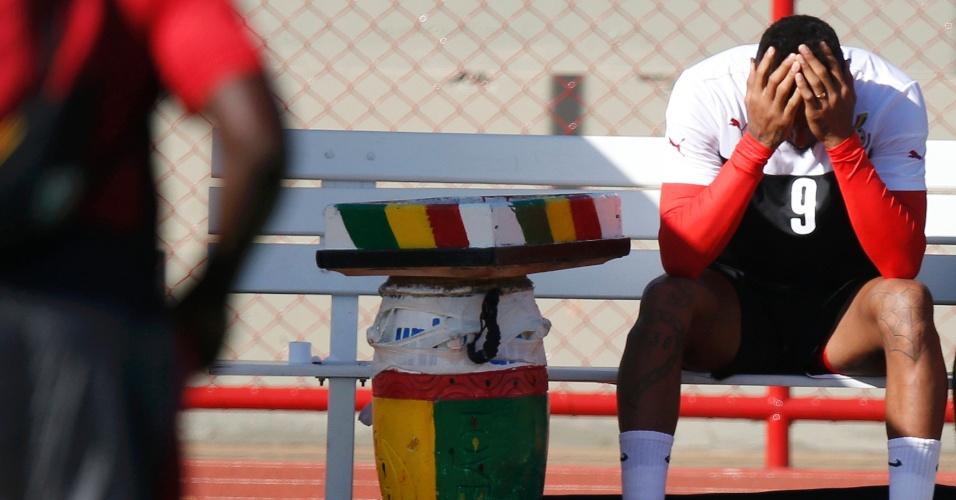 Kevin-Prince Boateng não suporta o calor durante treino de Gana, em Brasília, e senta para descansar
