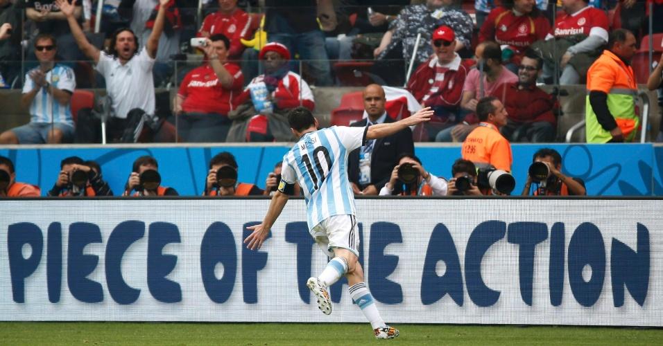 Lionel Messi corre para celebrar seu segundo gol sobre a Nigéria, no Beira-Rio