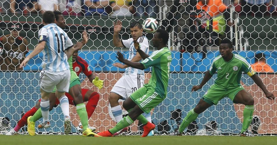Lionel Messi, da Argentina, abre o placar contra a Nigéria no Beira-Rio