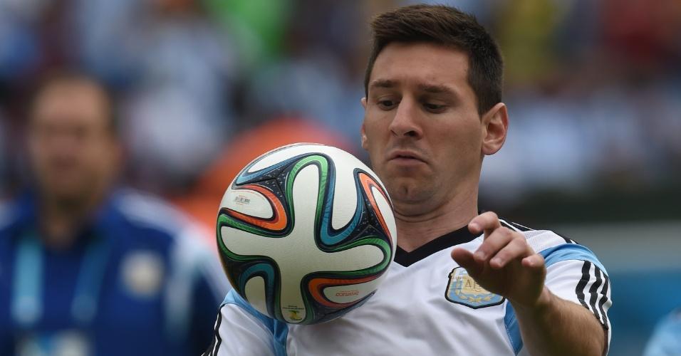Lionel Messi, da Argentina, faz aquecimento antes de partida contra a Nigéria no Beira-Rio