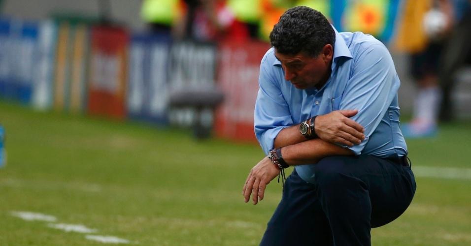 Luis Fernando Suarez ajoelha na área técnica durante partida entre Honduras e Suiça