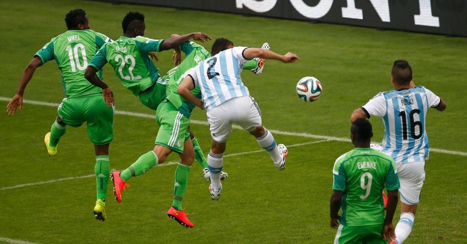Marcos Rojo vence a marcação nigeriana e marca o terceigo gol da Argentina no Beira-Rio