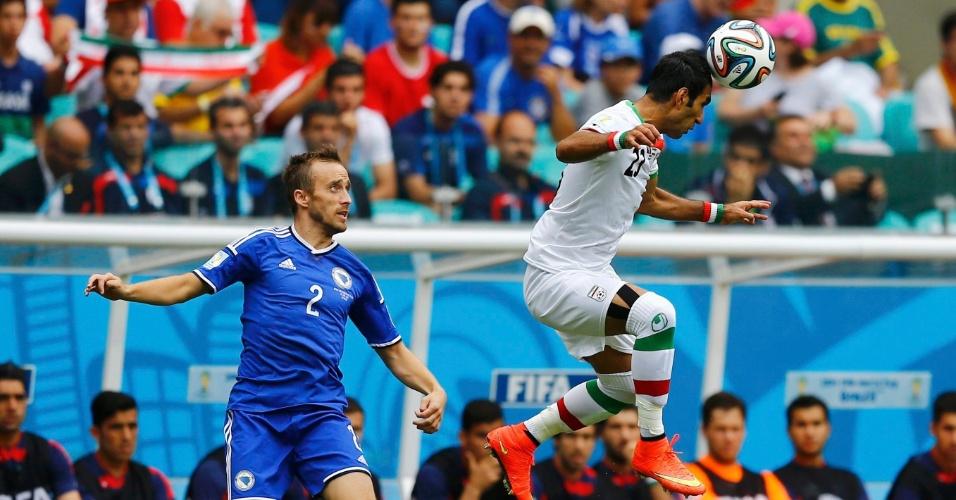 Mehrdad Pouladi, do Irã, sobe para afastar o perigo na partida contra a Bósnia, na Fonte Nova