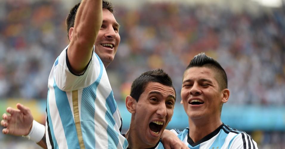 Messi celebra gol sobre a Nigéria com Di Maria e Marcos Rojo -25/06/2014