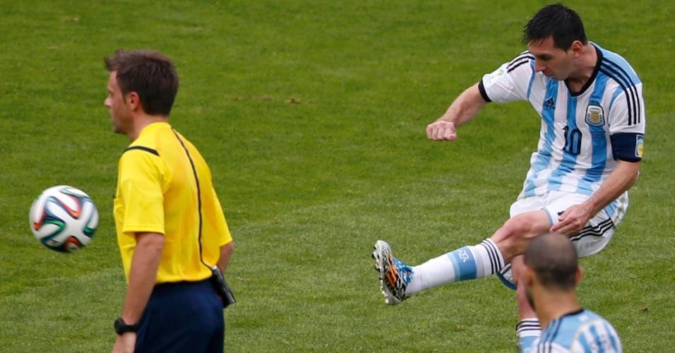 Messi cobra falta e marca o segundo gol da Argentina contra a Nigéria