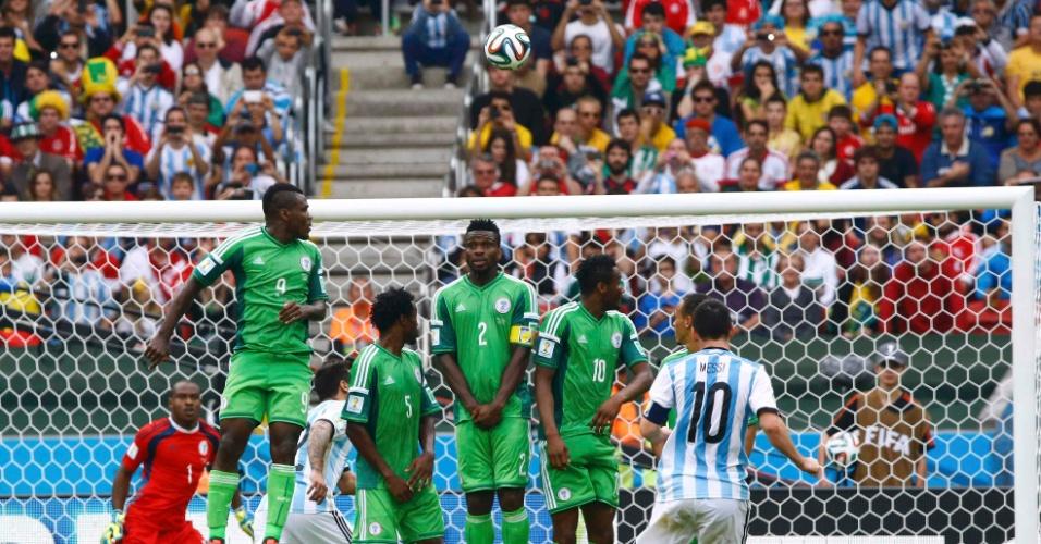 Messi cobra falta para marcar o segundo gol da Argentina contra a Nigéria no Beira-Rio