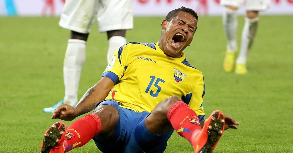 25.jun.2014 - Michael Arroyo, do Equador, cai no gramado e sente muitas dores no empate por 0 a 0 contra a França, no Maracanã