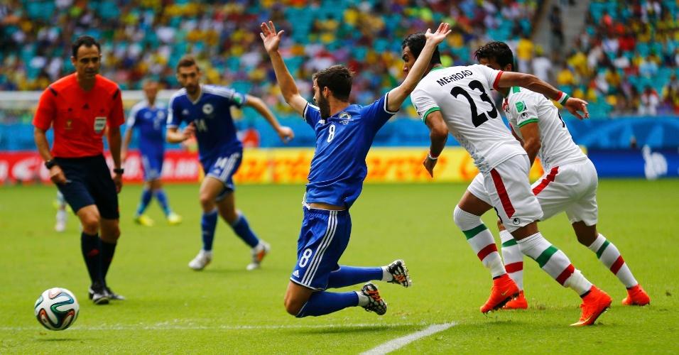Miralem Pjanic, da Bósnia, é derrubado e pede falta na partida contra o Irã, na Fonte Nova